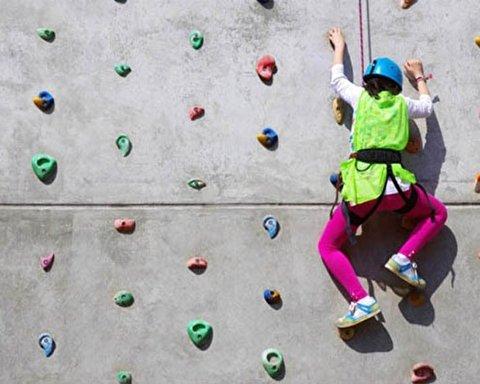 سرعت خیره کننده دختر ۸ ساله در بالارفتن از دیوار