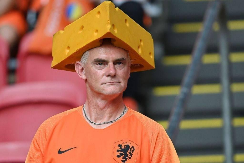 تصویری جالب از هوادار تیم ملی هلند با کلاه پنیری