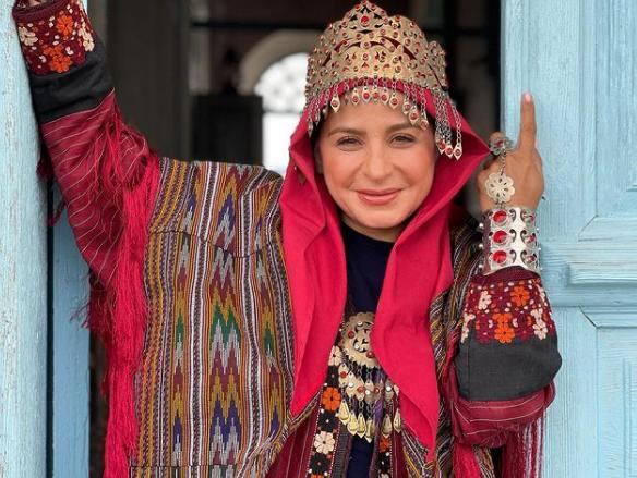عکس زیبای سیما تیرانداز با لباس اصیل ترکمنی