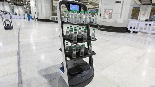 رباتهای آب پخشکُن برای زائران در مسجدالحرام