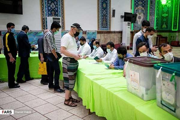 رای دادن با شلوارک در شعبه اخذ رای+عکس