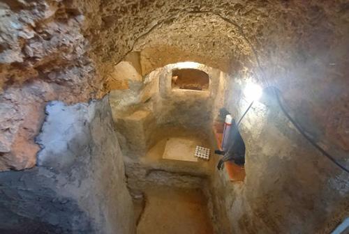 پسر نوجوانی که در خانه غار زیرزمینی ساخت