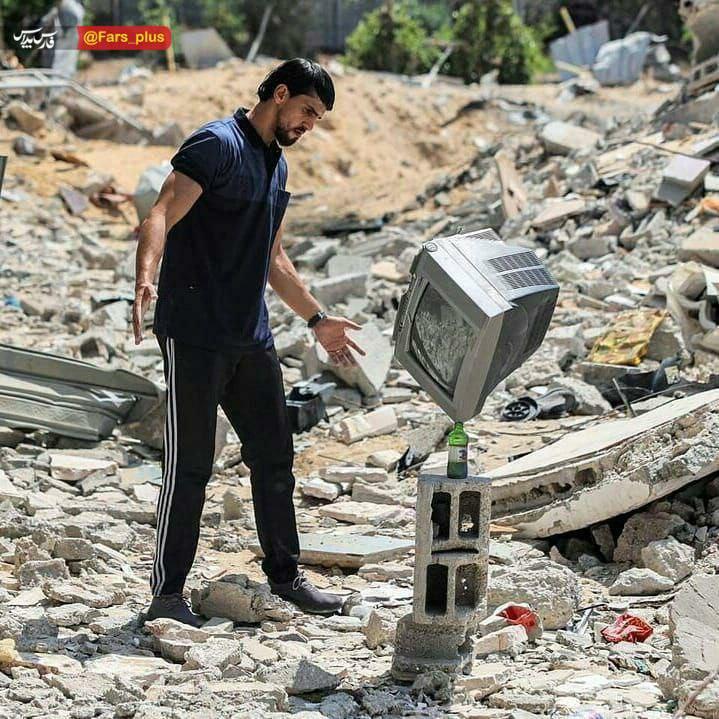 هنرنمایی بر روی آوارهای جنگ غزه + عکس