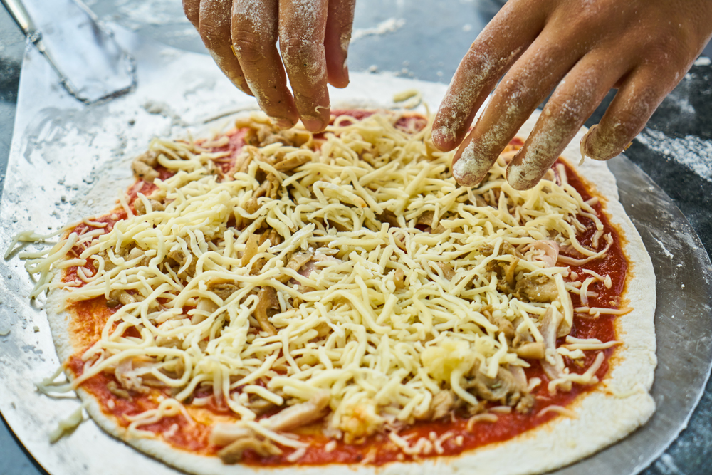 طرز تهیه پنیر پیتزا در خانه و نکته مهم برای کشدار شدن پنیر