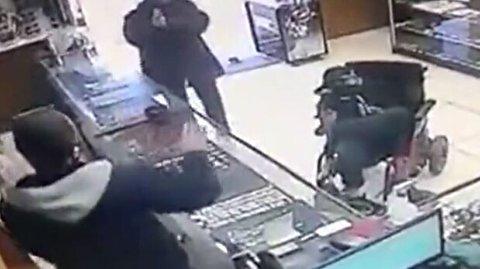 سرقت مسلحانه یک معلول ویلچری از فروشگاه
