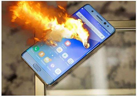 لحظه آتش گرفتن ناگهانی باطری تلفن همراه