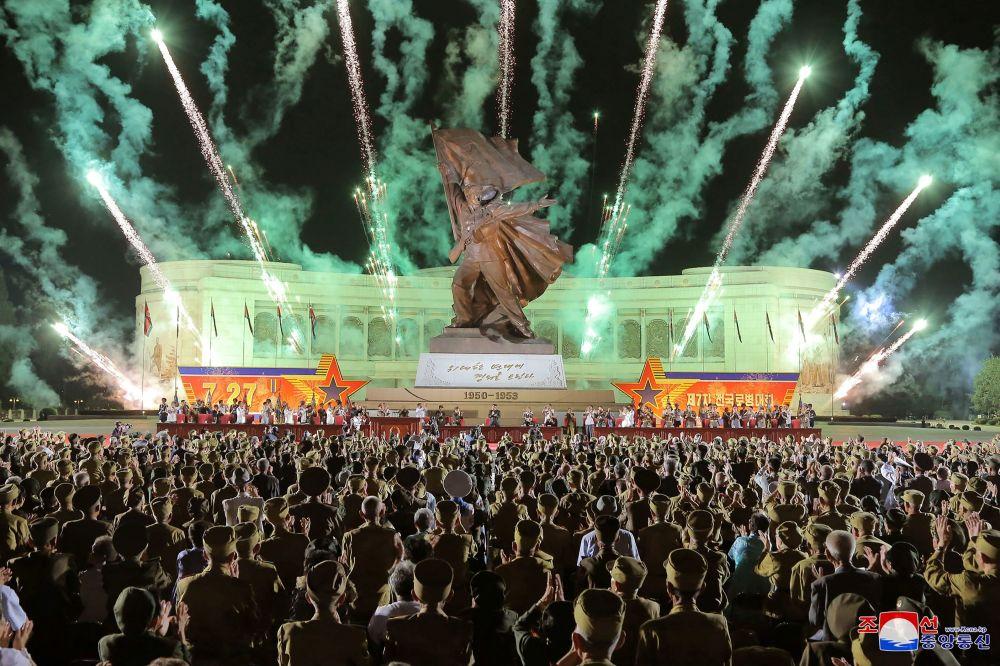 جشن و آتشبازی در پایتخت کره شمالی + عکس