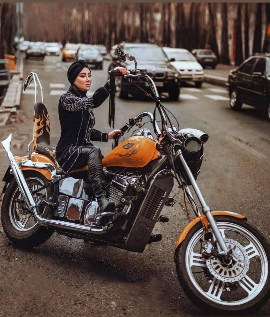 موتورسواری بهاره افشاری در خیابان ولیعصر
