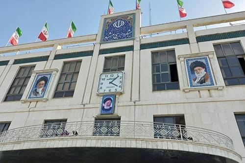 نصب تصویر رئیسی در ساختمان شهرداری مشهد