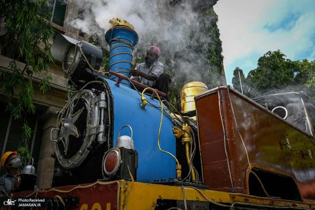 کارگران در حال تعمیر لوکوموتیو بخار متعلق به سال ۱۹۰۳ + عکس