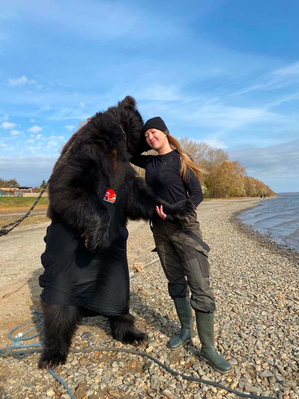 ماهیگیری دختر روس با خرس غول پیکرش + تصاویر