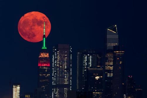تصویری زیبا از قرص کامل ماه در شهر نیویورک آمریکا