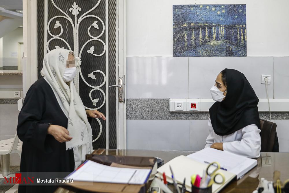 مادر بابک خرمدین در محل تزریق واکسن کرونا در زندان + عکس