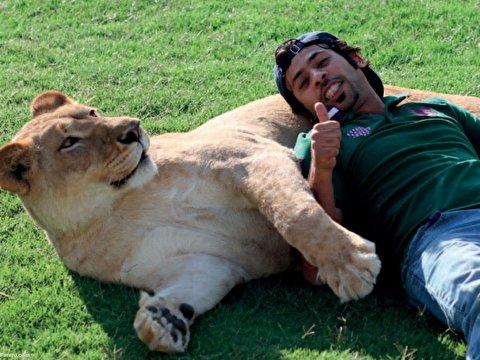 دوستی عجیب مرد اماراتی با حیوانات خطرناک