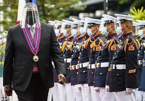 ماسک و شیلد متفاوت وزیر دفاع آمریکا
