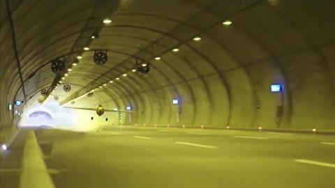 شکسته شدن رکورد عبور خطرناک از تونل با هواپیما