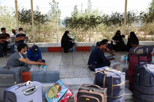 تصویری از انتظار پناهجویان افغانستانی در شهر زاهدان