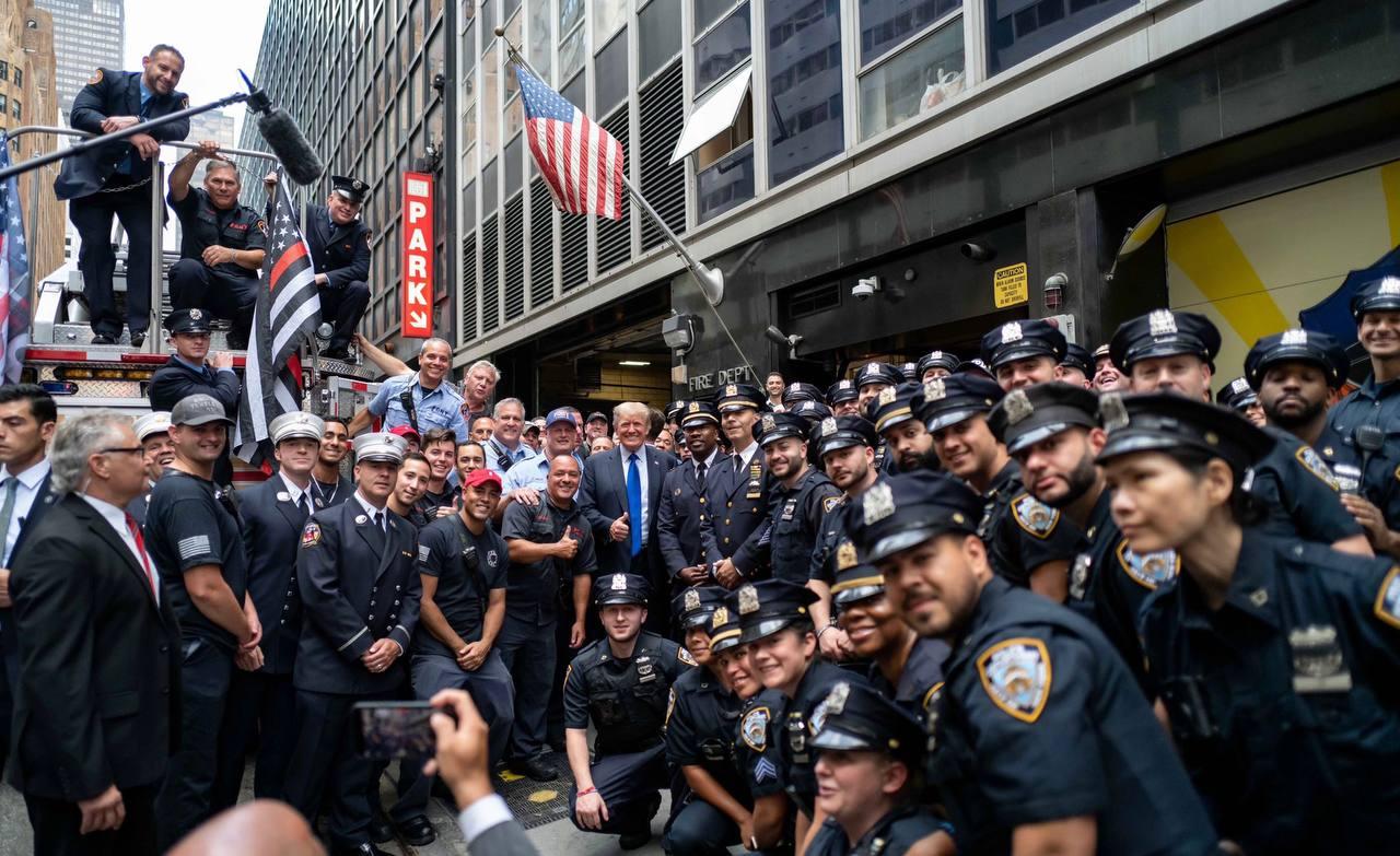 عکس یادگاری پلیسهای نیویورک با دونالد ترامپ