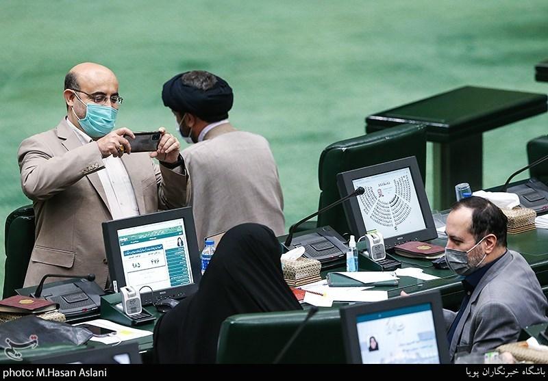 نماینده مجلس در حال گرفتن عکس + عکس