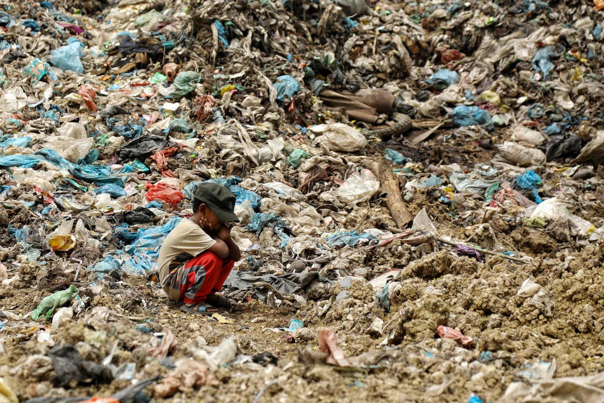 انتظار کودک خردسال در میان کوهی از زباله + عکس