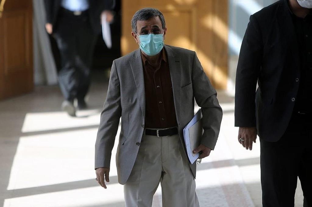 تیپ احمدی نژاد در جلسه مجمع تشخیص + عکس