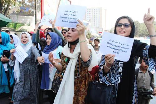 اعتراض زنان برای حذف حق تحصیل توسط طالبان