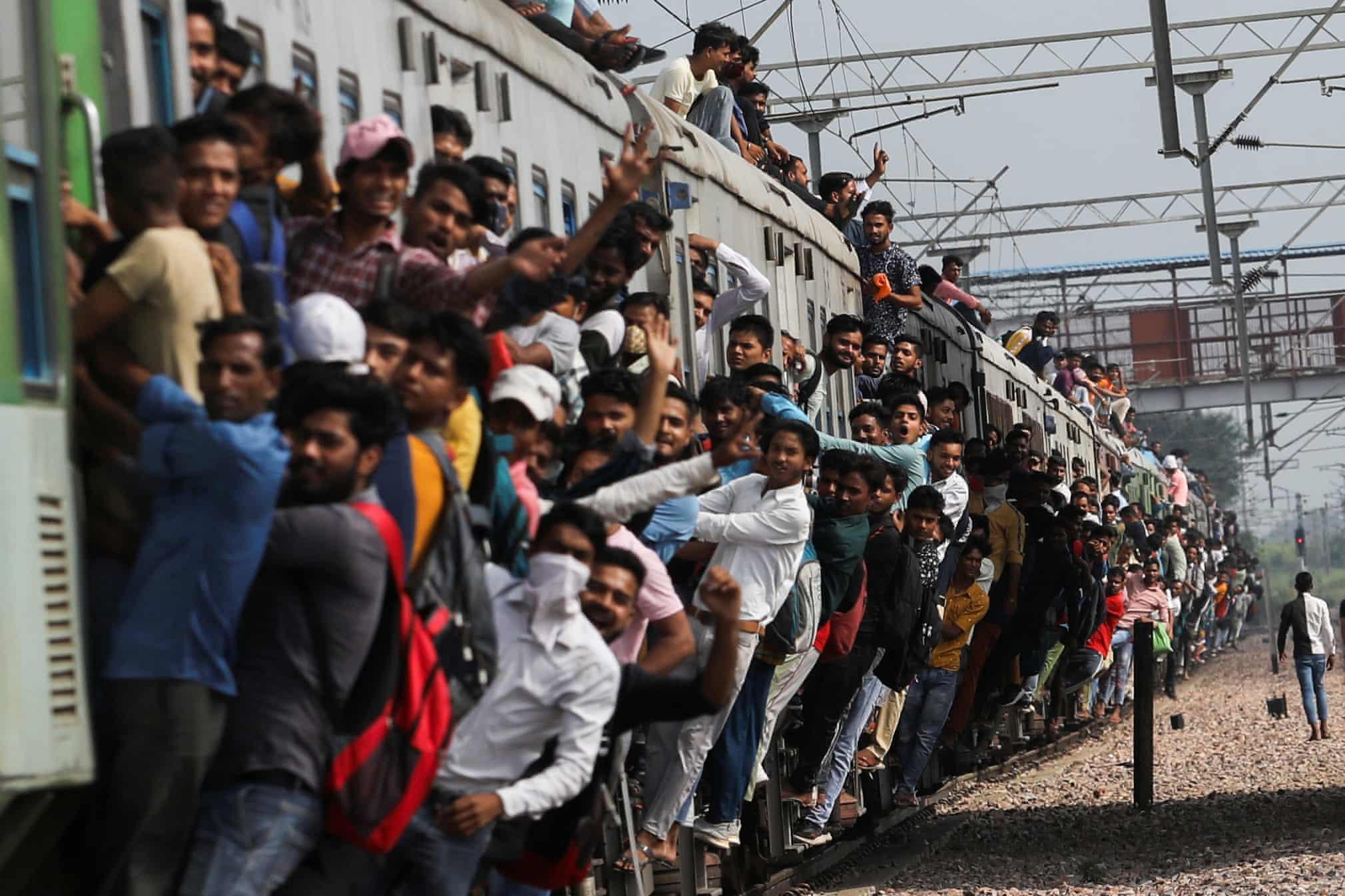 وضعیت عجیب مسافران قطار در هند + عکس