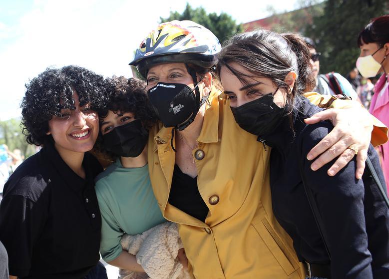 اعضای تیم روباتیک زنان افغانستان در آغوش معاون وزیر خارجه مکزیک + عکس