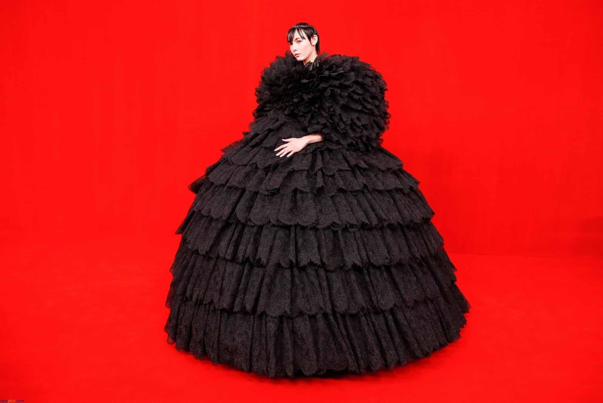 لباس عجیب یک شرکت کننده در هفته مد پاریس
