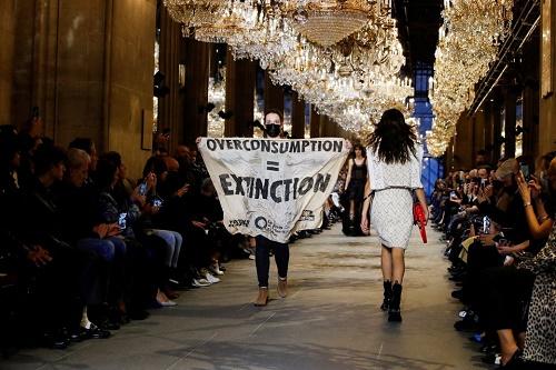 فعالان محیط زیست، هفته مد پاریس را به هم زدند