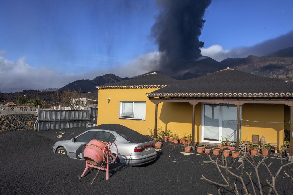 خانه ای غرق در خاکستر فوران آتشفشان + عکس
