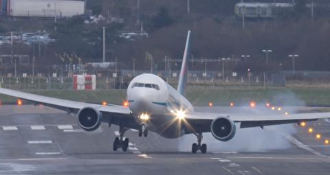 نشت و برخاست جالب و نفسگیر هواپیما هنگام وزش شدید باد