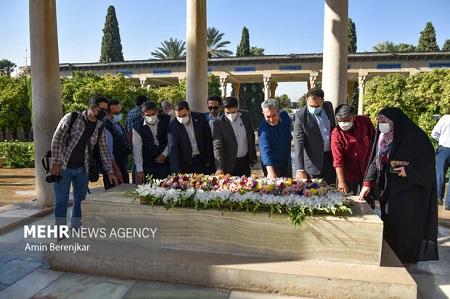آرامگاه حافظ گلباران شد