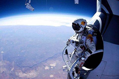 پریدن خارق العاده يک فضانورد اتریشی از ایستگاهِ سفینه فضایی