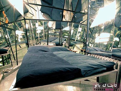 اتاق آینه که الماسی شکل است و از آینه پوشیده شده است، انسان را به یاد شهر عجایب آلیس می اندازد. اتاق آینه قطعاً یکی از بهترین بخش های هتل «پراپلر آیلند» است که حس زندگی در شهر عجایب را به شما القاء می کند.