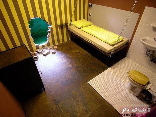 سلول خوب و گرم زندان با سوراخي در ديوار. دستشويي در اتاق قرار دارد، همان طور كه بايد باشد! چه چيزي فرق مي كند: واقعا مي خواهيد اين جا بمانيد، زيرا فوق العاده راحت است. آزادي در تراس سايبان دار در انتظار ماست.