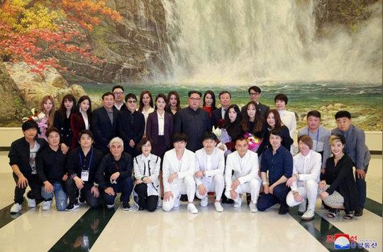 عکس یادگاری «اون» با ستاره های پاپ کره  جنوبی