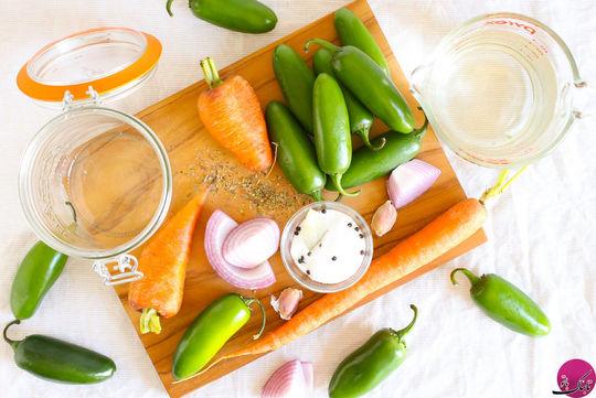 در این نوع از ترشی هالوپینو یک عدد پیاز قرمز خلالی شده, دانه های فلفل سیاه تند و هویج متوسط حلقه شده هم به سایر مواد ترشی اضافه می کنیم