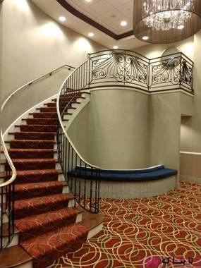 پله های یک هتل که به دیوار بسته خورده اند