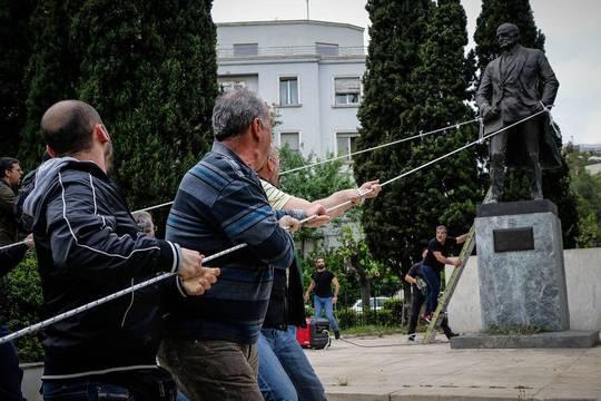 اعضا و هواداران حزب کمونیست یونان در حال پایین کشیدن مجسمه