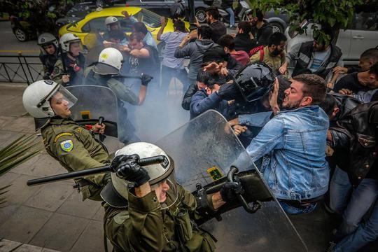 مداخله پلیس یونان علیه اعضا و هواداران حزب کمونیست برای جلوگیری از پایین کشیده شدن مجسمه