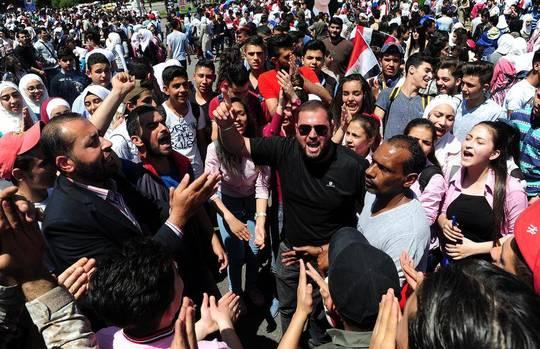 گردهمایی هزاران نفر از حامیان بشار اسد در میدان امیه شهر دمشق در جشن پیروزی ارتش سوریه و کسب کنترل دوباره بر منطقه غوطه شرقی دمشق/ عکس: شینهوا