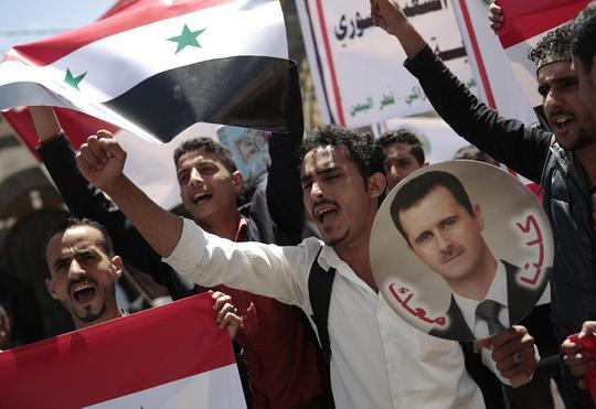 تظاهرات گروهی از یمنیها در مقابل سفارت سوریه در شهر صنعا در محکومیت حمله موشکی اخیر آمریکا و متحدانش به سوریه/عکس: DPA