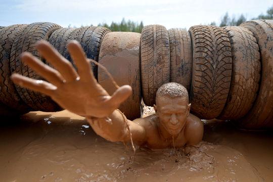 شرکت کننده ی مسابقه ی سخت و هیجان انگیز با موانع Bison Race در مینسک بلاروس