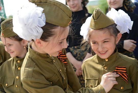 شرکت کنندگان در راهپیمایی روبان گئورگی در گروزنی