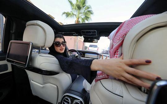 زنی در حال رانندگی در عربستان سعودی
