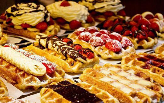 وافل بلژیکی (Belgian waffle)همچنان که از نام دسر نیز پیدا است، این شیرینی متعلق به کشور بلژیک است و در جایجای این کشور یافت میشود. این دسر به صورت گرم و به همراه پودر شکر یا نوتلا سرو میشود و گاهی با خامه و ترکیب آن با میوههای مختلف نیز سرو میشود.