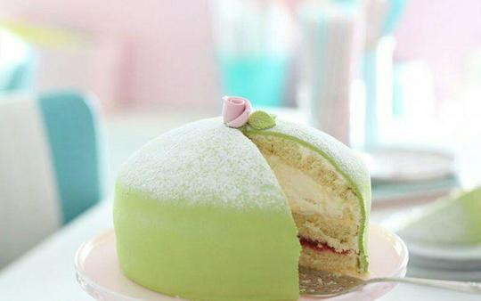 کیک شاهزاده خانم؛ سوئدکیک شاهزاده خانم یا کیک پرنسس یکی از کیکهای اصیل و سنتی کشور سوئد است که از لایههای کیک اسفنجی، تمشک و خامه تازه تهیه میشود. پس از آماده شدن، این کیک را با خمیر بادام یا همان Marzipan که به رنگ سبز درآوردهاند، میپوشانند و در نهایت آماده سرو کردن است.