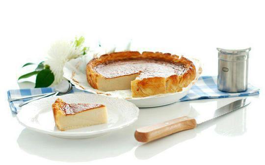 کیک Quesada Pasiega اسپانیاکیکQuesada Pasiega در واقع یک چیزکیک لیمویی است که در کشور اسپانیا پخته میشود. این دسر لذیذ از ترکیب آرد، شیر، تخم مرغ و کره تهیه میشود و در نهایت و با توجه به ذائقه مقدار کمی لیمو یا دارچین نیز به آن افزوده میشود.