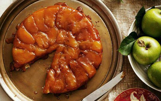 تارت تاتین (Tarte Tatin)؛ فرانسه«تارت تاتین»، در واقع حدود سال ۱۸۸۰ میلادی، بر اثر اشتباهی در هتل تاتین فرانسه تهیه شد و بعدها به نام خواهران «استفانی و کارولین تاتین» به ثبت رسید. این تارت لذیذ در واقع قرار بود تارت سیب باشد، اما سیبها بیش از اندازه پخته میشود و او برای جبران اشتباه خود، تلاش میکند تا روی آن خمیر شیرینیپزی بریزد. در همین زمان بود که این شیرینی خوشمزه و محبوب خلق شد و به نام تارت تاتین، شهرت پیدا میکند.